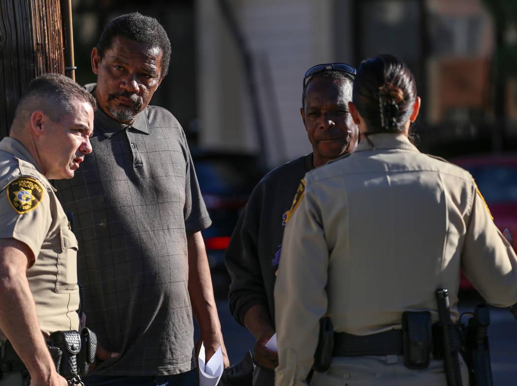 Darryl Hawkins, segundo desde la izquierda, hermano de Shelia Hawkins que fue duramente golpeado el 1° de noviembre, y Larry Winslow, esposo de Shelia Hawkins, segundo desde la derecha, aparecen  ...
