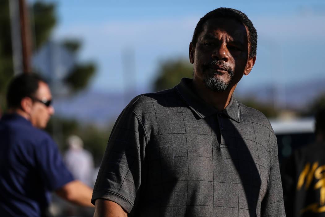 Darryl Hawkins, hermano de Shelia Hawkins que fue severamente golpeada el 1° de noviembre, aparece durante una conferencia de prensa del Departamento de Policía Metropolitana en la esquina de 11 ...