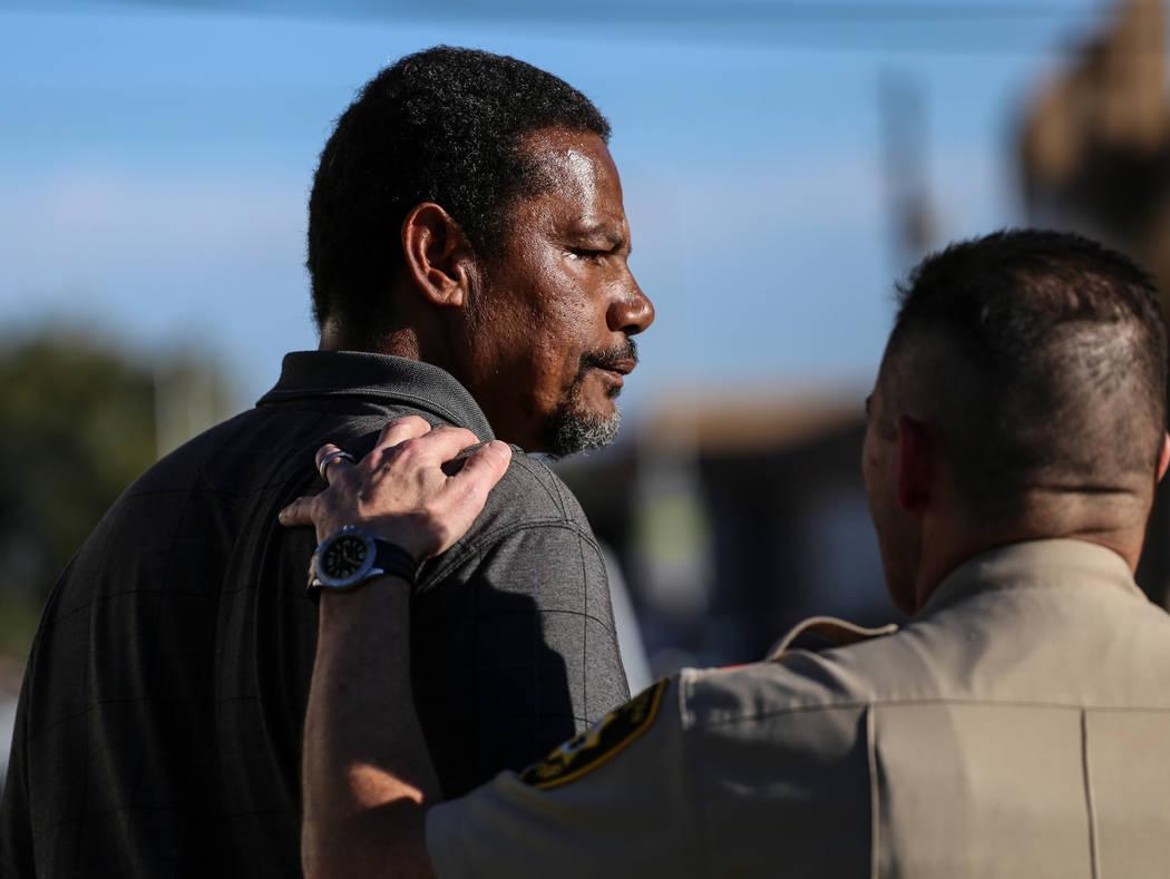 El capitán del Departamento Metropolitano de Policía Andrew Walsh, a la derecha, consuela a Darryl Hawkins durante una sesión informativa del Departamento de Policía Metropolitana en la esquin ...