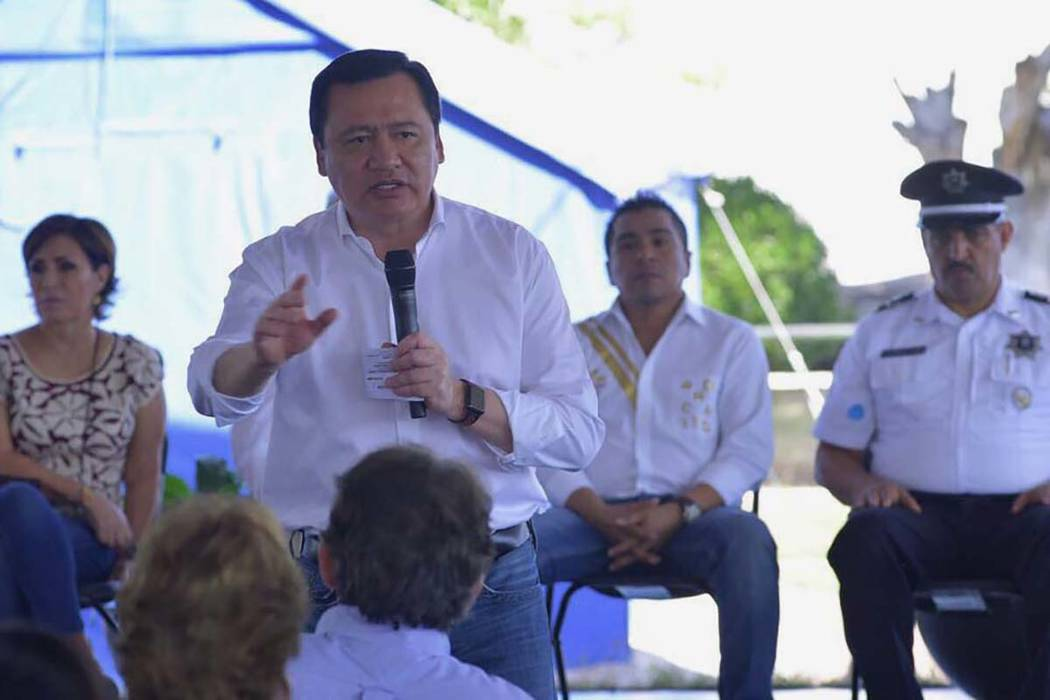 El secretario de Gobernación, Miguel Ángel Osorio Chong, anunció recursos por 200 millones de pesos para la reconstrucción de Jojutla, en Morelos, no sólo en su entorno, sino en lo económico ...