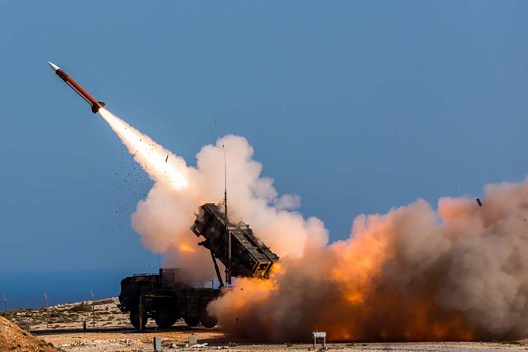 291/5000 En este miércoles, 8 de noviembre de 2017, publicado por el Departamento de Defensa de EE. UU., Soldados alemanes asignados a Surface Air y Missile Defense Wing 1 disparan el sistema de  ...
