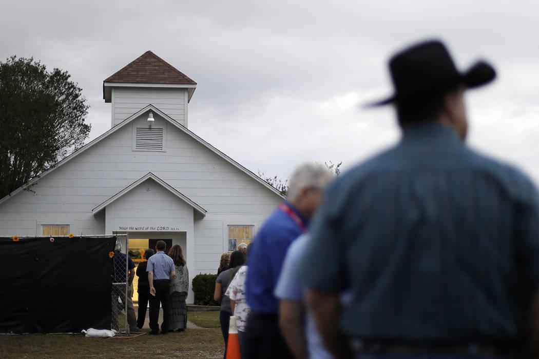 Un grupo espera en la fila para ingresar a la Iglesia Bautista Sutherland Springs para ver un memorial, el domingo 12 de noviembre de 2017, en Sutherland Springs, Texas. Un hombre abrió fuego den ...