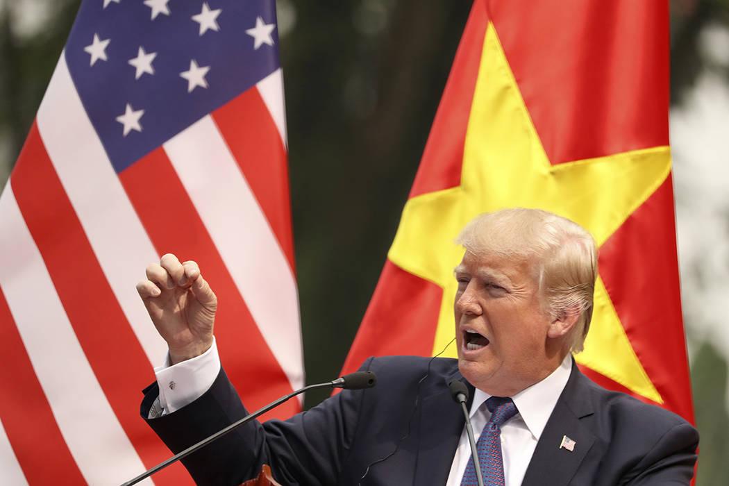 ARCHIVO - En esta foto de archivo del 12 de noviembre de 2017, el presidente Donald Trump habla durante una conferencia de prensa en el Palacio Presidencial, en Hanoi, Vietnam. | Foto AP /Andrew H ...