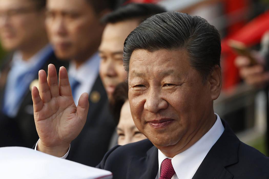 ARCHIVO - En esta foto de archivo del 12 de noviembre de 2017, el presidente de China, Xi Jinping, saluda después de asistir a la ceremonia de inauguración del Palacio de la Amistad Cultural Vie ...