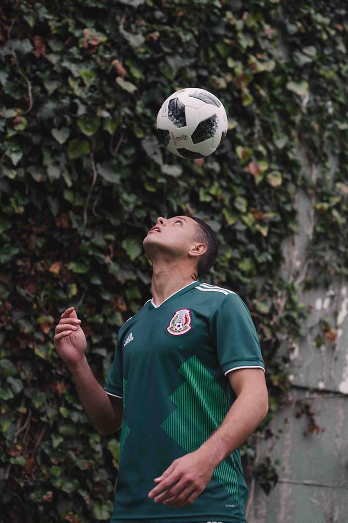 """Javier Hernández juega con el balón """"Telstar 18"""", el cual es una reinvención del esférico que fue utilizado en México 1970, será el balón que se utilizará en la próxima Copa del Mundo ..."""