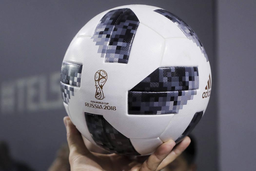 El delantero del equipo nacional de fútbol Lionel Messi muestra el balón oficial del partido para la Copa Mundial de la FIFA 2018 Rusia, llamado Telstar 18, durante la ceremonia de inauguración ...