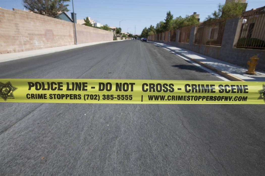Oficiales respondieron a la cuadra 300 de West Lake Mead Boulevard, cerca de Losee Road, para informes de un robo. Richard Brian Las Vegas Review-Journal @vegasphotograph