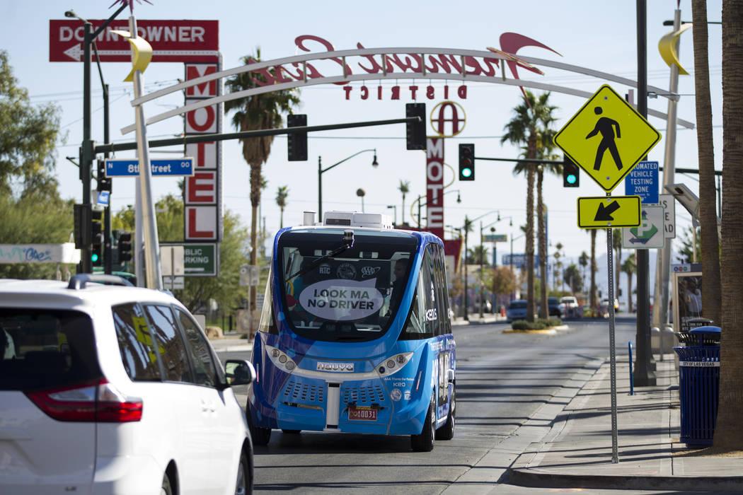 Un autobús eléctrico sin conductor lleva a los pasajeros por un recorrido del centro después de un evento de lanzamiento en el Parque de Contenedores en Las Vegas, el miércoles 8 de noviembre  ...