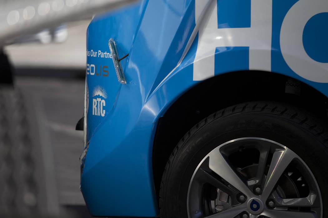 Daño a un autobús eléctrico sin conductor cerca de Fremont Street y S. 6th Street en Las Vegas durante el día de lanzamiento del vehículo autónomo, miércoles, 8 de noviembre de 2017. El veh ...