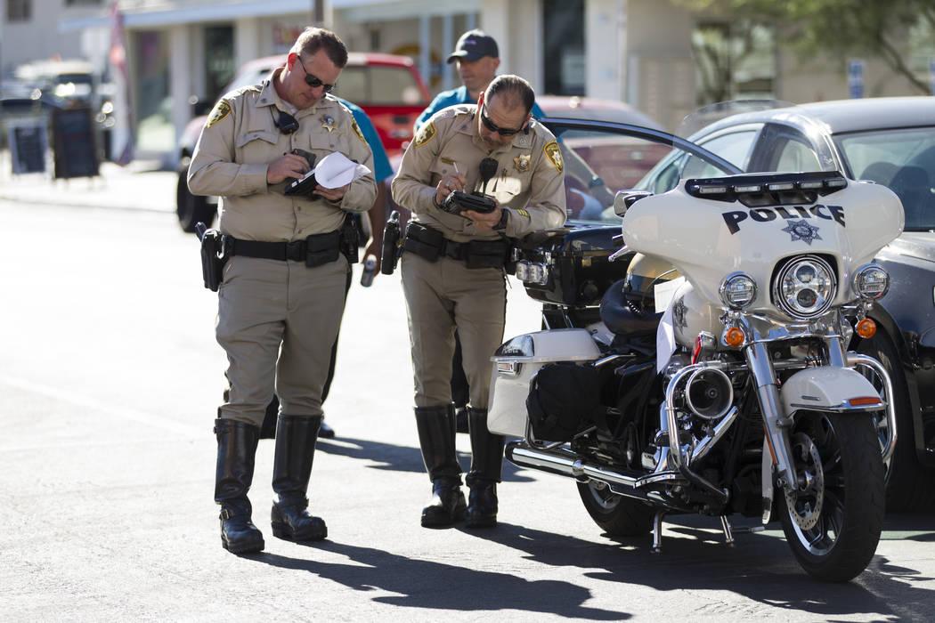 Agentes de policía de Las Vegas en el lugar de un accidente entre un camión y un autobús eléctrico sin conductor cerca de Fremont Street y S. 6th Street en Las Vegas durante el día de lanzami ...