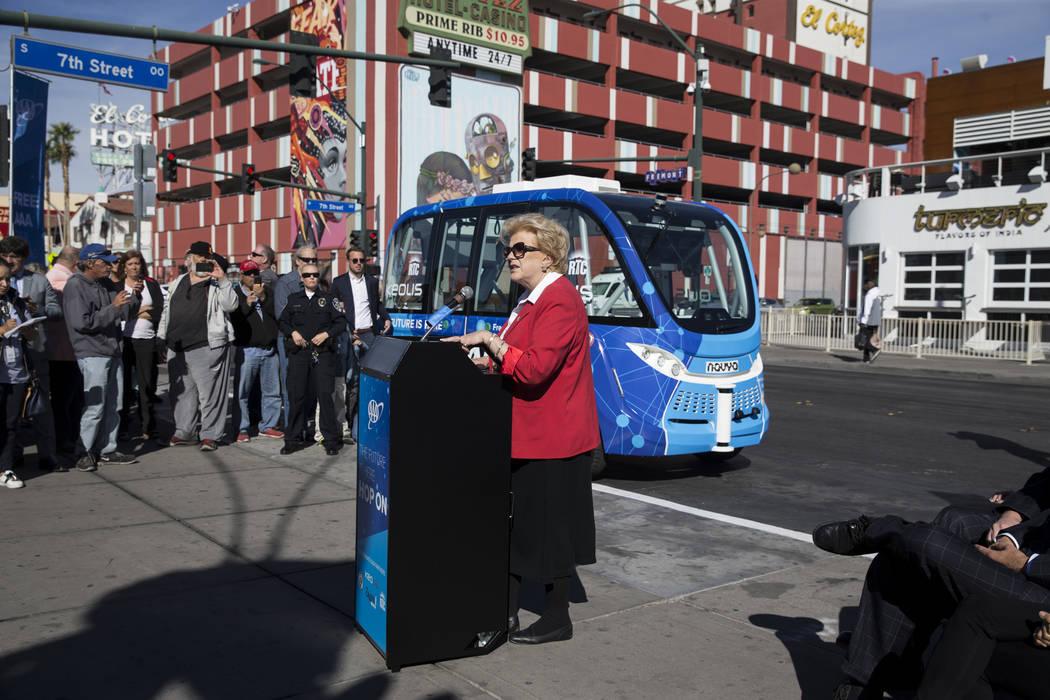 Alcaldesa de Las Vegas Carolyn Goodman, izquierda, durante el evento de lanzamiento del autobús eléctrico sin conductor en el Container Park en Las Vegas, miércoles, 8 de noviembre de 2017. Eri ...