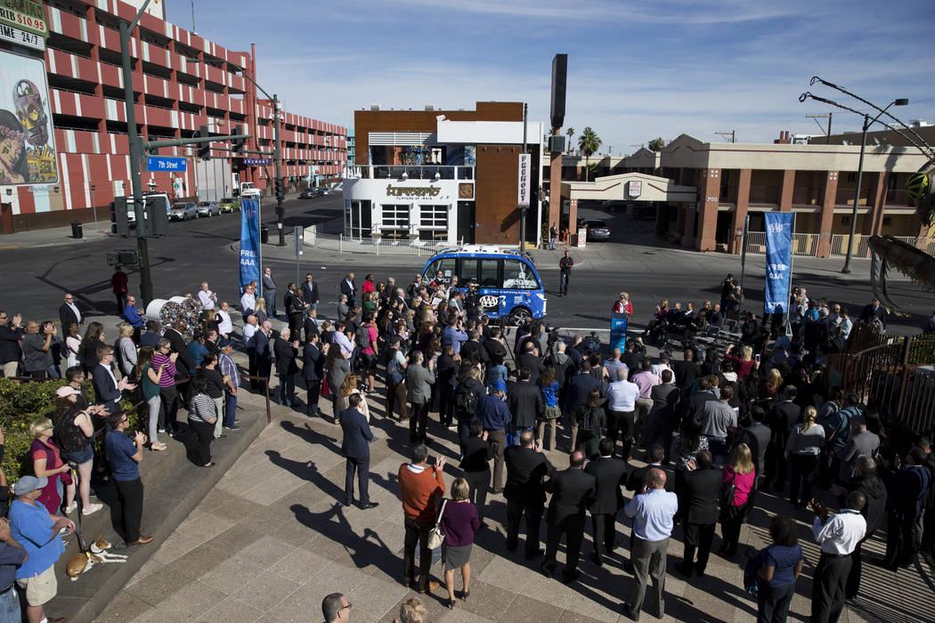 La gente asiste al evento de lanzamiento del autobús eléctrico sin conductor en el Container Park en Las Vegas, el miércoles 8 de noviembre de 2017. Erik Verduzco Las Vegas Review-Journal @Erik ...