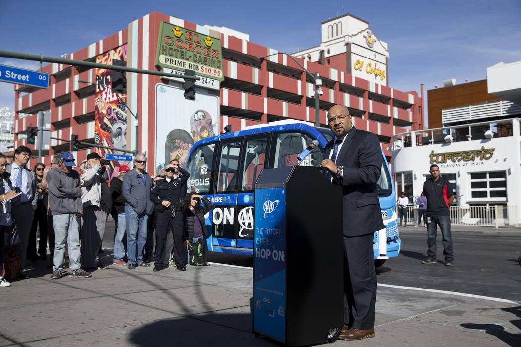 Maurice Bell, vicepresidente de Mobility Solutions para Keolis Transit America, durante el evento de lanzamiento del autobús eléctrico sin conductor en el Container Park de Las Vegas, miércoles ...