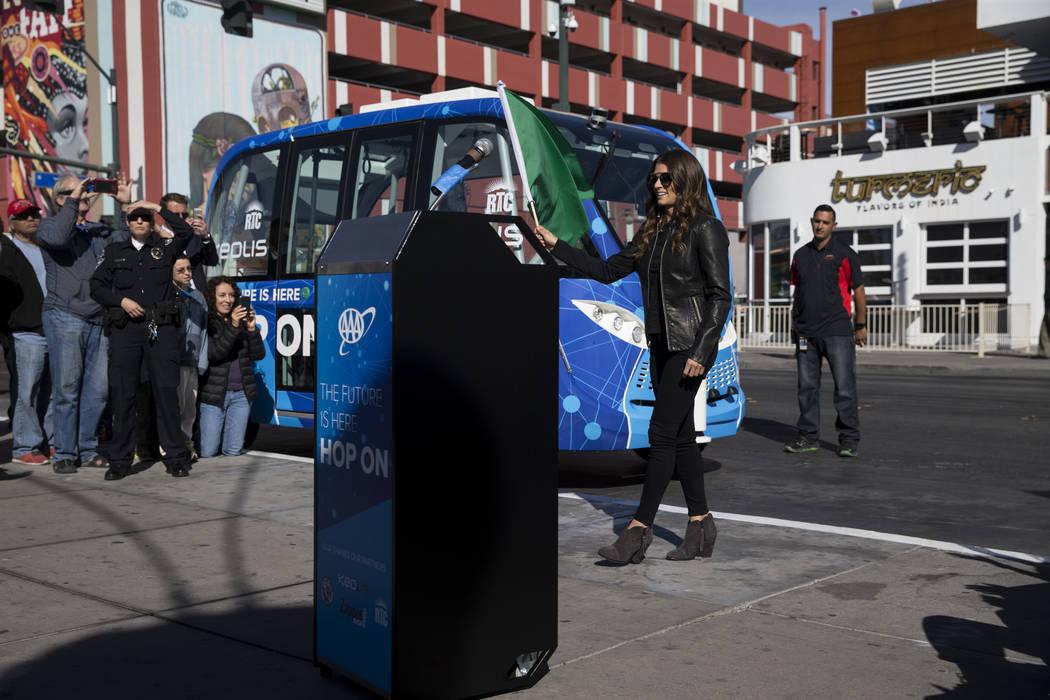 La conductora de NASCAR Danica Patrick agita la bandera verde durante un evento de lanzamiento de un autobús eléctrico sin conductor en el Container Park en Las Vegas, el miércoles 8 de noviemb ...