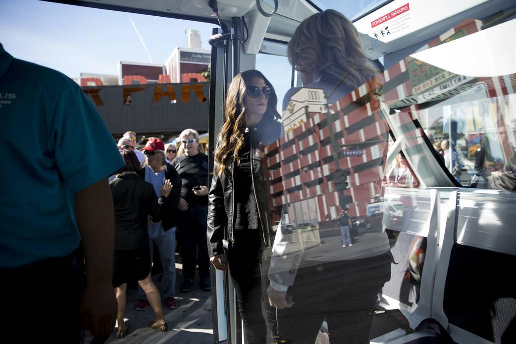 La conductora de NASCAR Danica Patrick, en el centro, a bordo de un autobús eléctrico sin conductor durante un evento de lanzamiento en el Container Park en Las Vegas, miércoles, 8 de noviembre ...