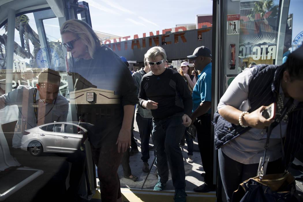 Personas abordan un autobús eléctrico sin conductor durante un evento de lanzamiento en el Container Park en Las Vegas, miércoles, 8 de noviembre de 2017. Erik Verduzco Las Vegas Review-Journal ...