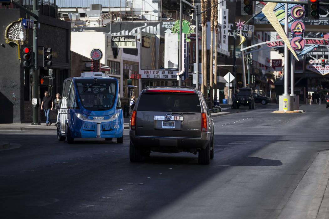 Un autobús eléctrico sin conductor da un recorrido a los pasajeros por el centro después de un evento de lanzamiento en el Container Park en Las Vegas, el miércoles 8 de noviembre de 2017. Eri ...
