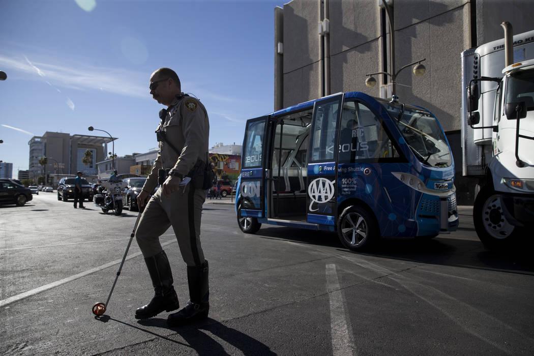 Un agente de policía de Las Vegas en el lugar de un accidente entre un camión y un autobús eléctrico sin conductor cerca de Fremont Street y S. 6th Street en Las Vegas durante el día de lanza ...