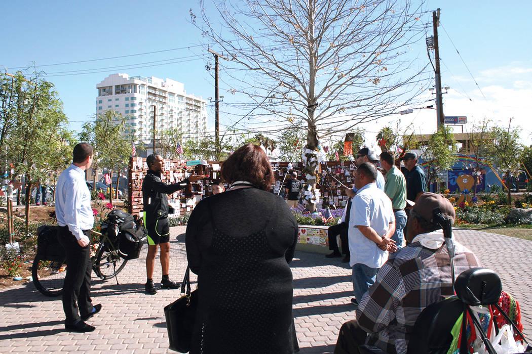 Junto al 'Árbol de la vida' en el 'Jardín del Alivio', la gente escucha a William Owens hablando de su campaña 'Cambiemos hacia la grandeza de América'. 7 de noviembre. | Foto Vald ...