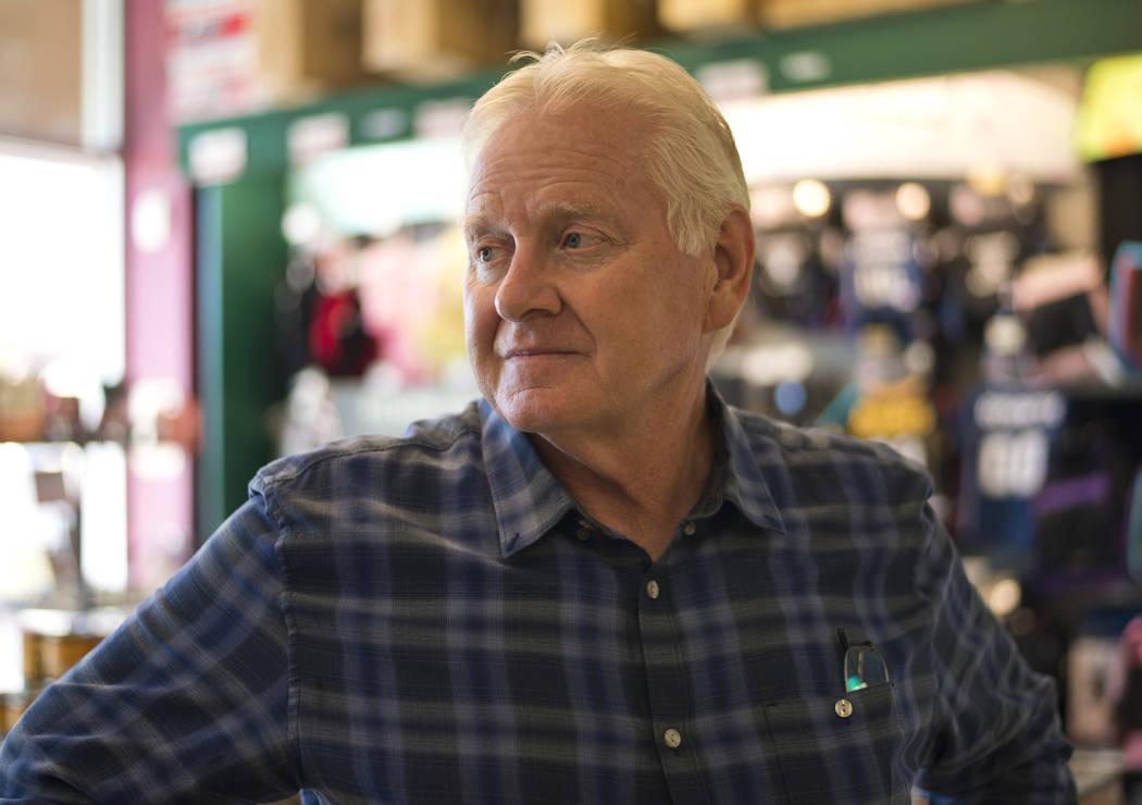Jeffrey Fausett se encuentra en su tienda Petland Las Vegas el miércoles 8 de noviembre de 2017. La tienda es una de las dos en el valle que se verán afectadas por la prohibición de vender perr ...
