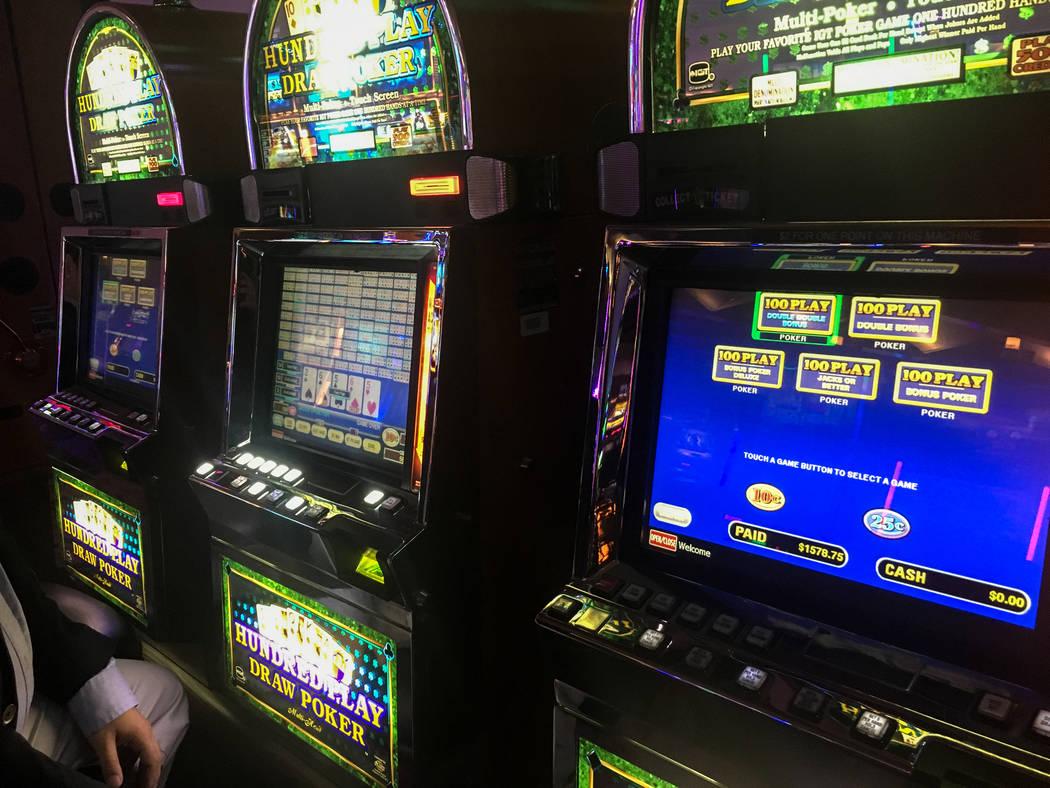 Como un jugador de mucho tiempo, Stephen Paddock vivió en un mundo de beneficios de lujo y alto límite de juego. Los recientes comentarios de la policía, sin embargo, sugieren que los riesgos p ...