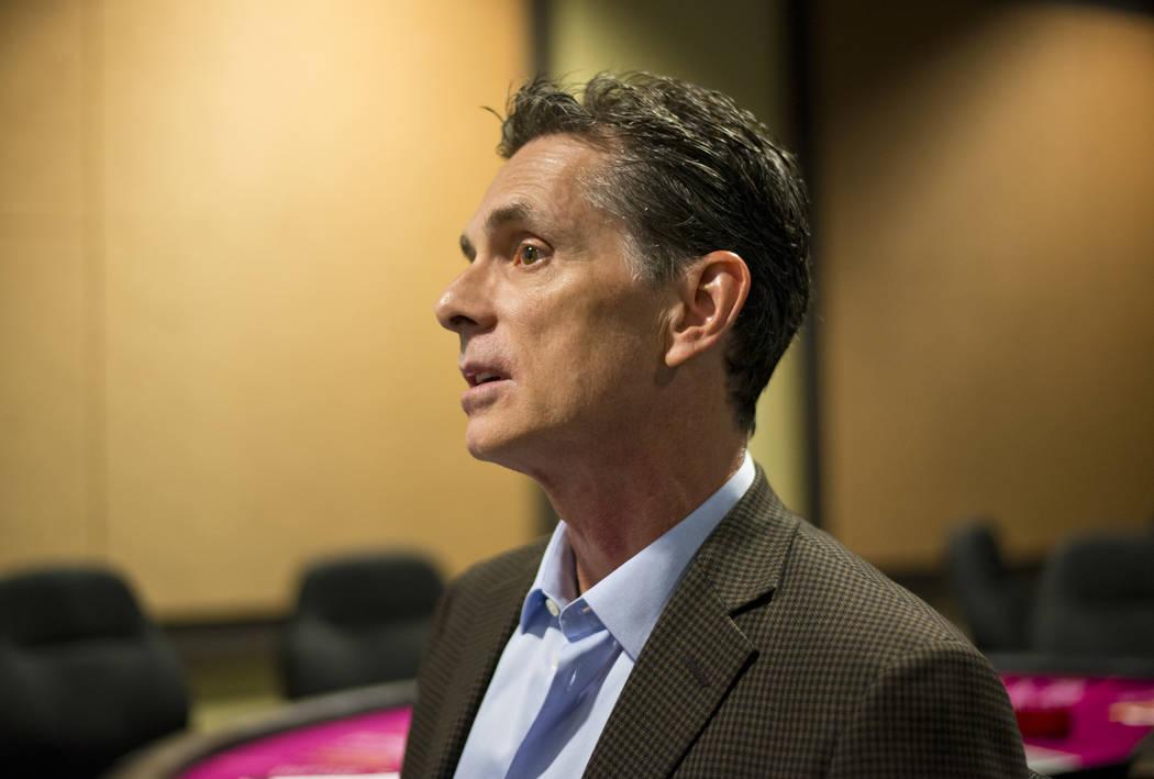 El profesor Tony Lucas habla con un periodista dentro del Gaming Lab en el International Gaming Institute en el campus de UNLV el miércoles 9 de noviembre de 2017. Daniel Clark / Las Vegas Review ...