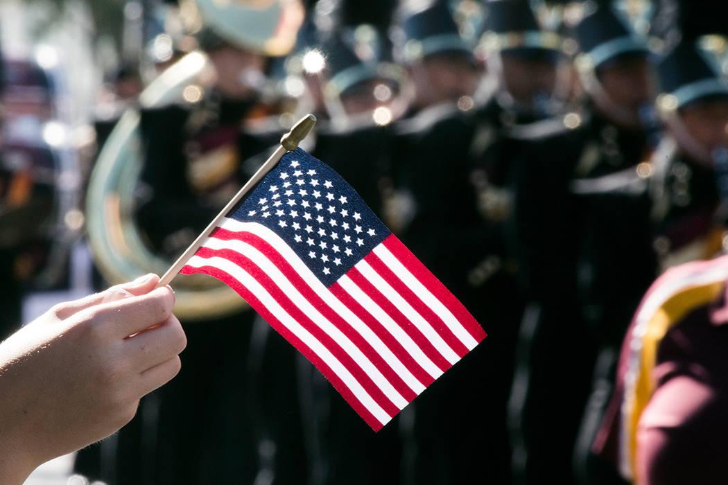 Un niño ondea una bandera estadounidense durante el Desfile del Día de los Veteranos en 4th Street en el centro de Las Vegas el viernes, 11 de noviembre de 2016. Jeff Scheid / Las Vegas Review-J ...