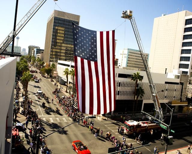 Una bandera estadounidense cuelga sobre 4th Street durante el Desfile del Día de los Veteranos en el centro de Las Vegas el viernes, 11 de noviembre de 2016. Jeff Scheid / Las Vegas Review-Journa ...