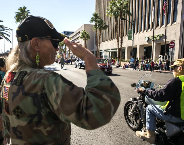El veterano de Vietnam, Gary D. Walker, saluda a sus compañeros veteranos durante el Desfile del Día de los Veteranos en el centro de Las Vegas el viernes 11 de noviembre de 2016. Jeff Scheid /  ...