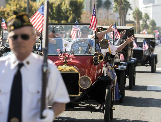 Miembros del American Legion Post 76 saludan a la multitud en 4th Street durante el Desfile del Día de los Veteranos en el centro de Las Vegas el viernes, 11 de noviembre de 2016. Jeff Scheid / L ...