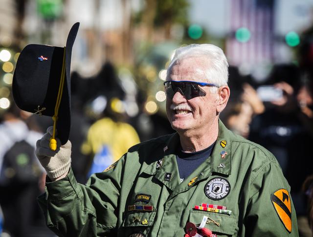 El veterano de Vietnam Jeff Dwyer se quita el sombrero ante otros veteranos durante el Desfile del Día de los Veteranos en 4th Street, en el centro de Las Vegas, el viernes 11 de noviembre de 201 ...