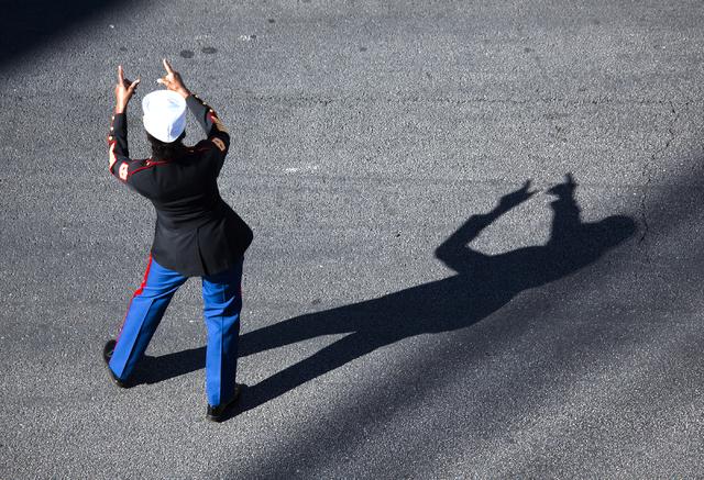 Una mujer reconoce a la multitud durante el Desfile del Día de los Veteranos en 4th Street en el centro de Las Vegas el viernes 11 de noviembre de 2016. Jeff Scheid / Las Vegas Review-Journal Fol ...