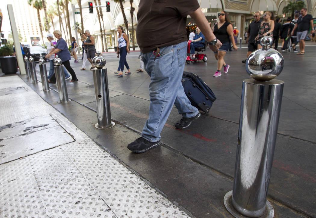 Los peatones pasan frente a los bolardos de seguridad en la Fremont Street Experience en el centro de Las Vegas el jueves 8 de junio de 2017. Richard Brian Las Vegas Review-Journal @vegasphotograph