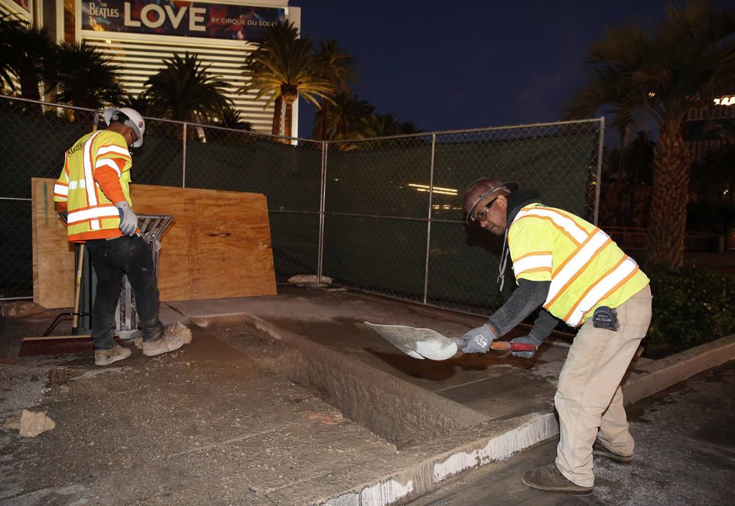 Los trabajadores del proyecto cavan debajo de la acera en el sitio del proyecto Strip bollards, para localizar servicios subterráneos, el martes 17 de octubre de 2017, frente al hotel casino Mira ...