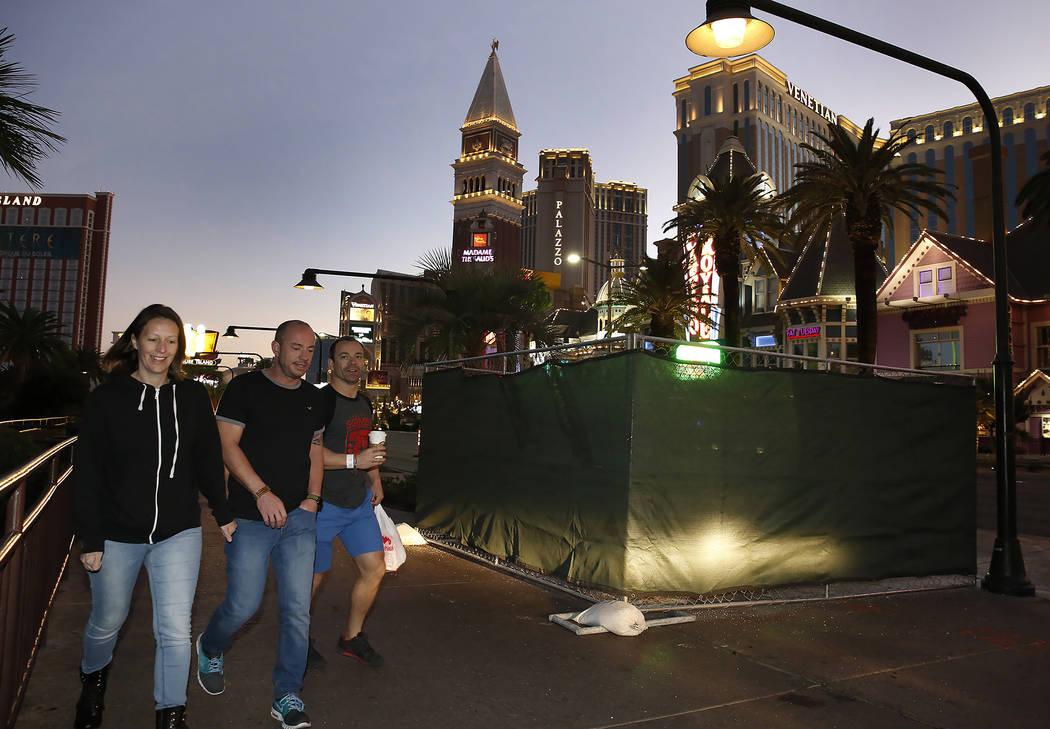 Los peatones caminan más allá del sitio del proyecto de bolardos del Strip  el martes, 17 de octubre de 2017, frente al hotel casino Mirage. El proyecto de bolardos de acero se completará sin a ...