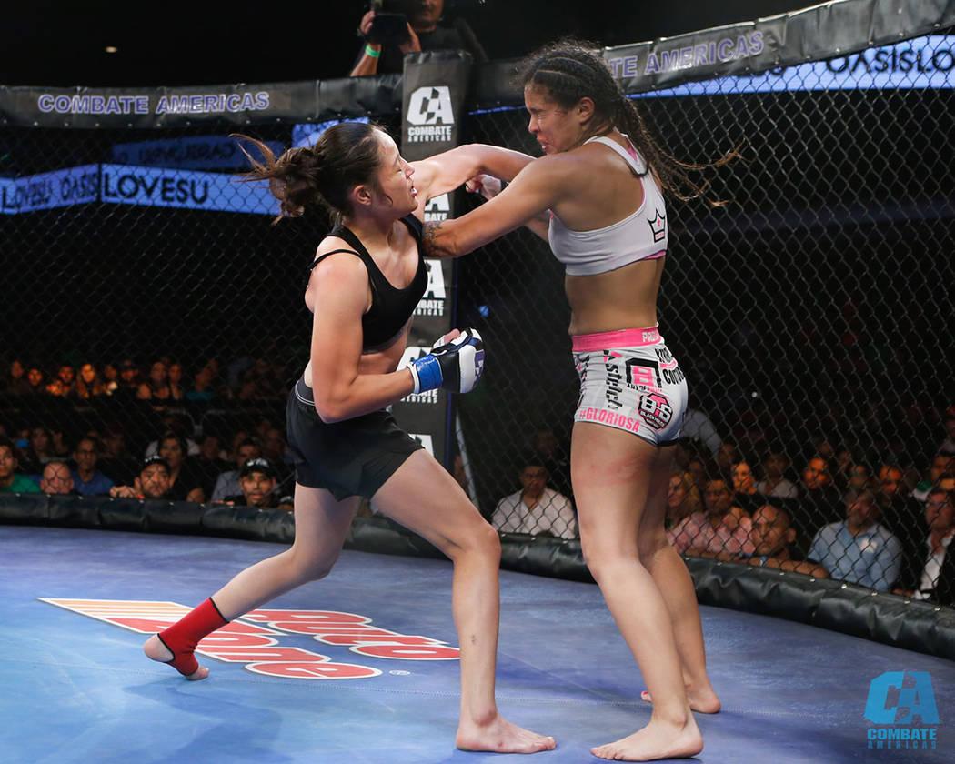 Las mujeres también participaron con la pelea co-estelar, programada antes de la final. La mexicana Melissa Martínez derrotó a la chilena Gloria Bravo. Sábado 11 de noviembre en el hotel Grand ...