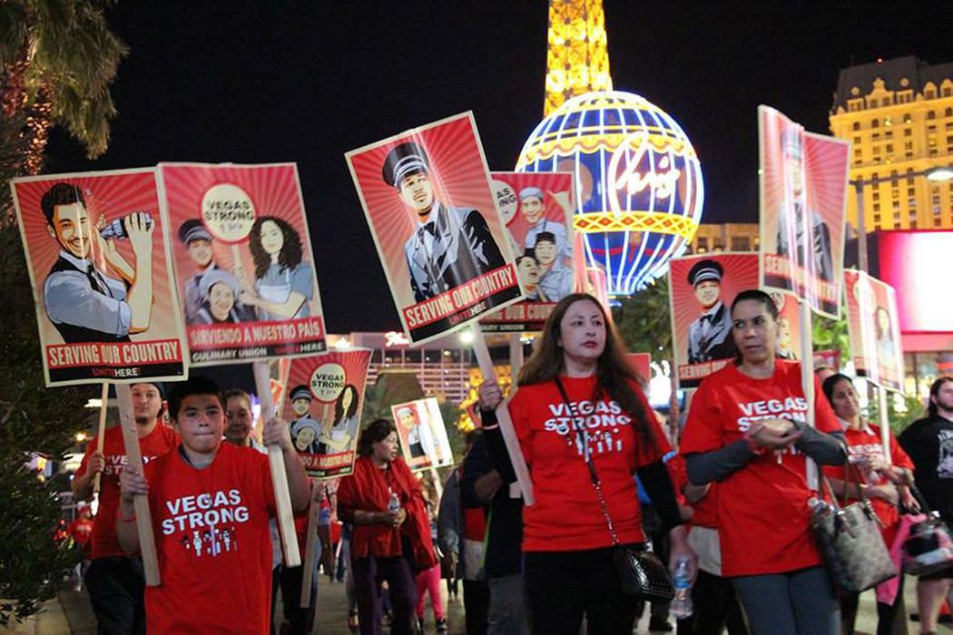 Una gran cantidad de personas marcharon en Las Vegas Boulevard con el hashtag #VegasStrong. Jueves 9 de noviembre en Las Vegas Boulevard. | Foto Cortesía Culinary Workers Union Local 226.