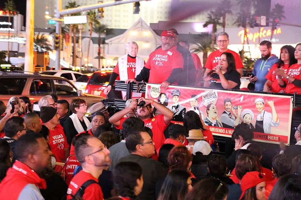 A la actividad se sumaron miembros de la comunidad y líderes religiosos. Jueves 9 de noviembre en Las Vegas Boulevard. | Foto Cortesía Culinary Workers Union Local 226.