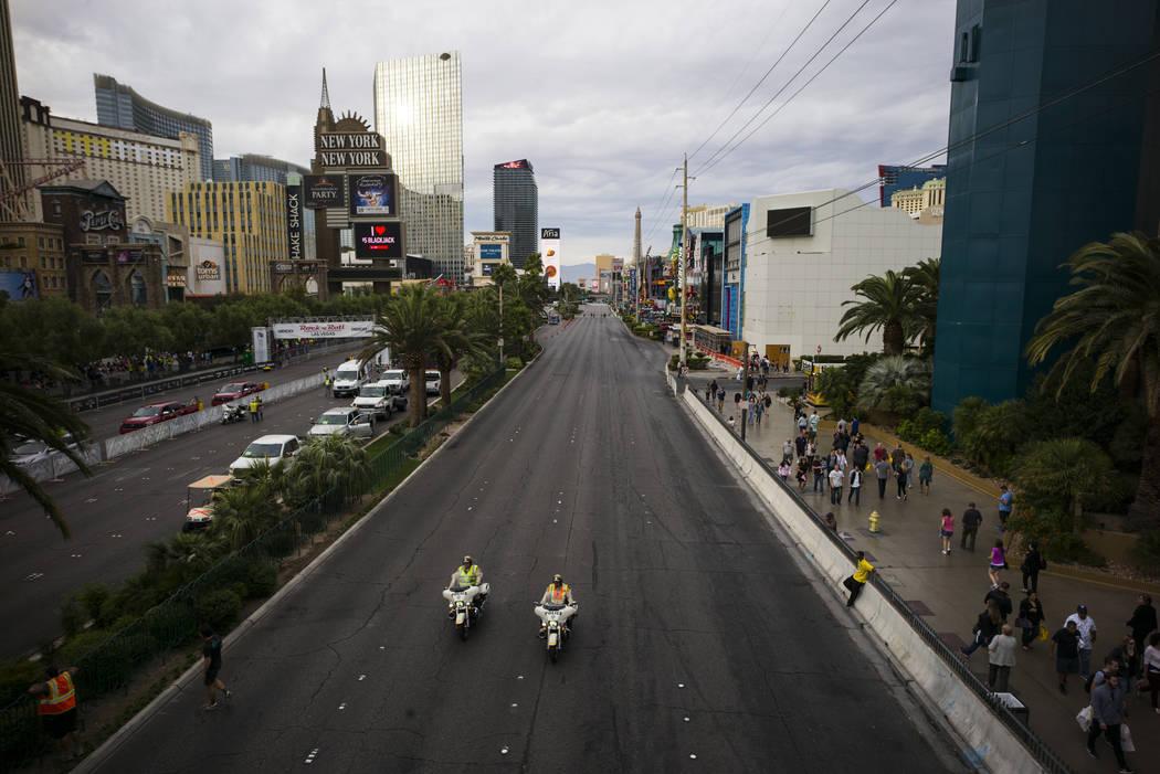 Agentes de la policía de Las Vegas ayudan a cerrar el Strip de Las Vegas antes de que comience el maratón de Rock 'n' Roll en Las Vegas el domingo 12 de noviembre de 2017. | Foto Chase Stevens / ...
