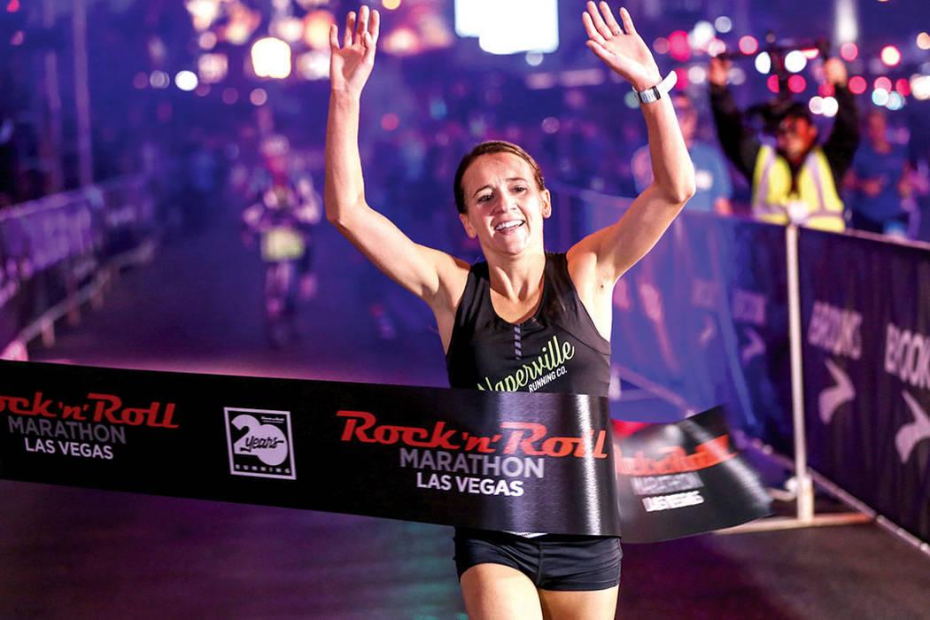 Marisa Hird de Naperville, Illinois cruza la línea de meta ganando el primer lugar en el maratón de mujeres realizado en el Strip, cerca de The Mirage en Las Vegas, domingo 12 de noviembre de 20 ...