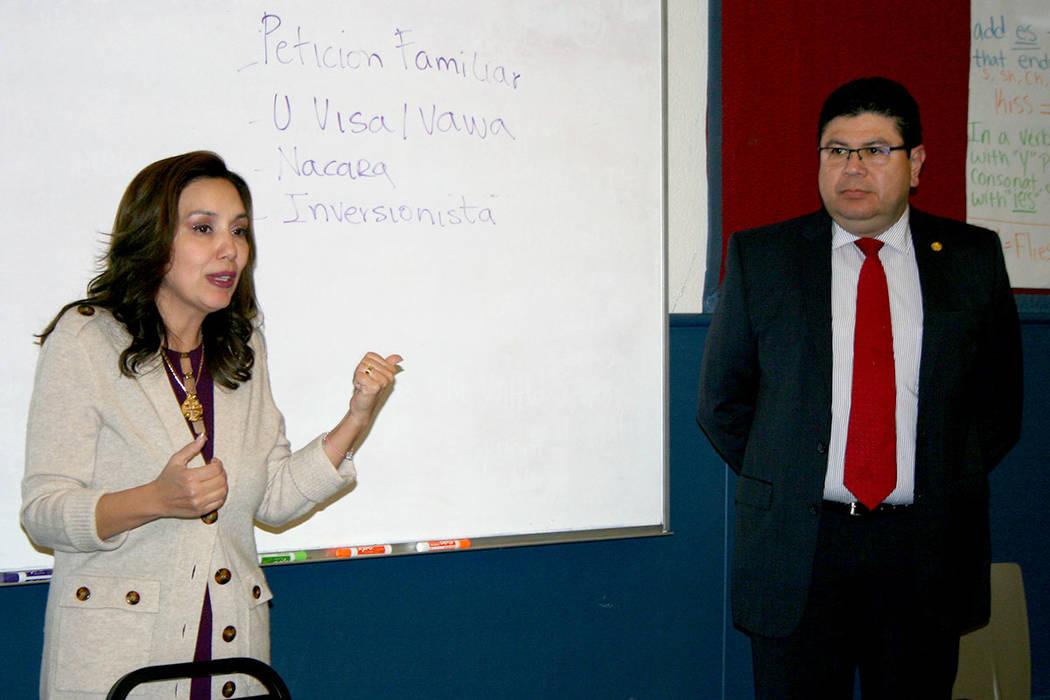 La abogada Kathia Pereira (izquierda) y el cónsul de El Salvador en LV, Tirso Sermeño, quien informó de asesoría legal gratuita a partir del 15 de noviembre. 9 de noviembre del 2017 en Hermand ...