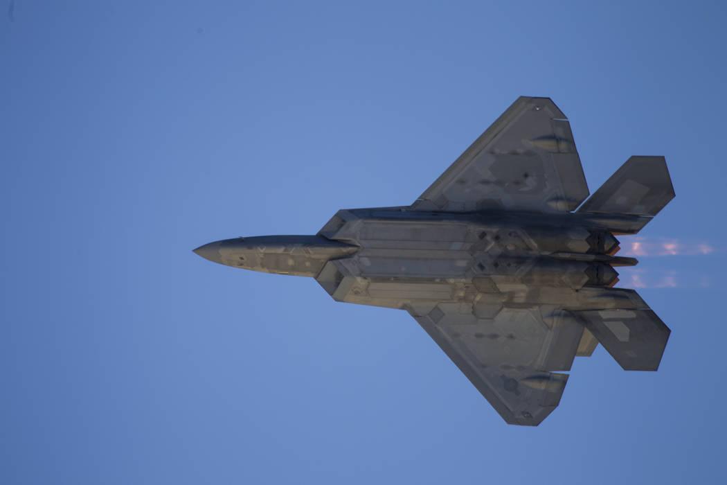 Un F-22 Raptor se presenta durante la Nación de Aviación en la Base de la Fuerza Aérea Nellis en Las Vegas, el sábado 11 de noviembre de 2017. Erik Verduzco Las Vegas Review-Journal