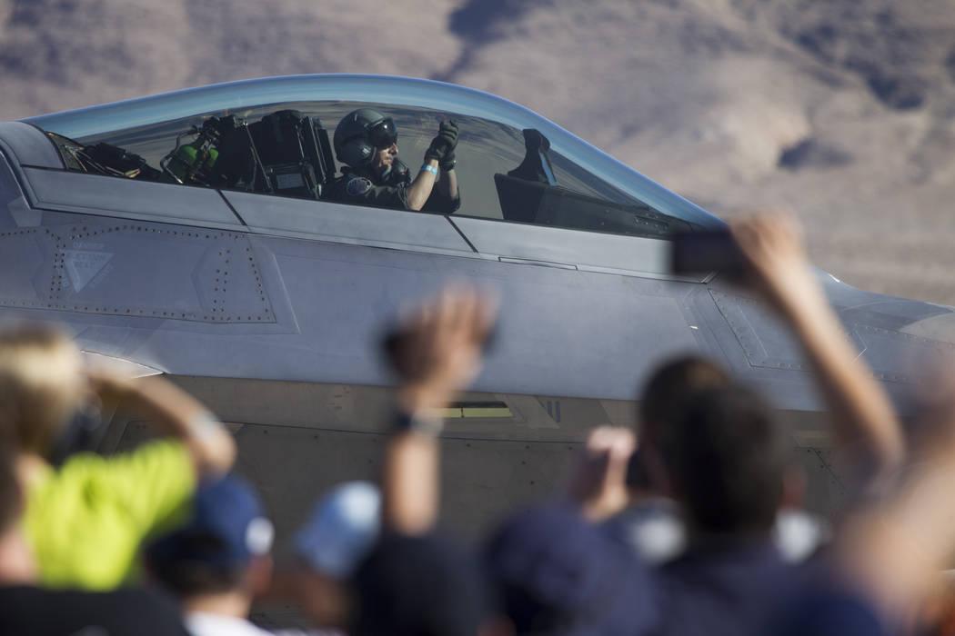 Un piloto de F-22 Raptor saluda después de aterrizar durante Aviation Nation en la Base de la Fuerza Aérea Nellis en Las Vegas, el sábado 11 de noviembre de 2017. | Foto Erik Verduzco Las Vegas ...
