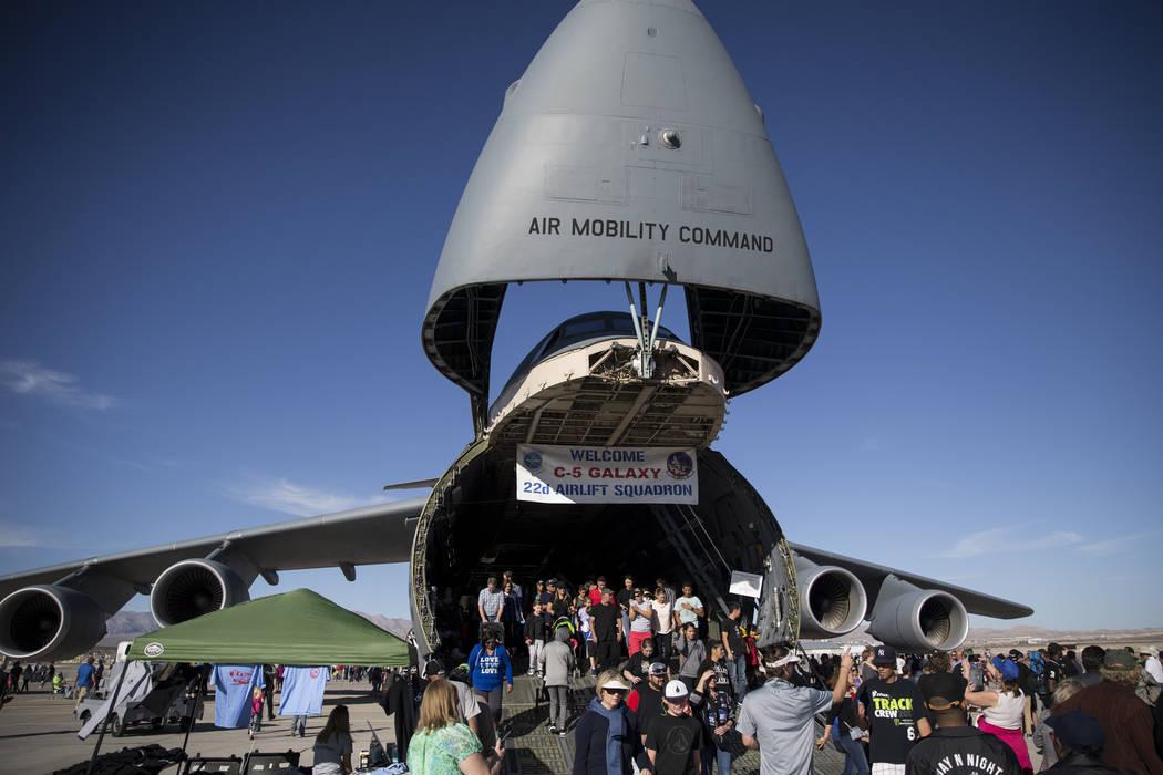 """La gente recorre el Lockheed C-5 Galaxy durante """"Aviation Nation"""" en la Base Nellis de la Fuerza Aérea en Las Vegas, el sábado 11 de noviembre de 2017. Erik Verduzco Las Vegas Review-Journal"""