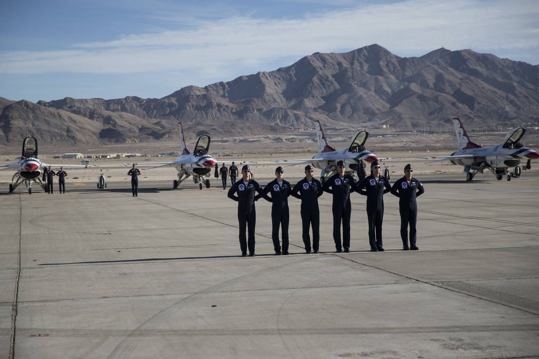 "Pilotos de Thunderbirds antes de actuar durante ""Aviation Nation"" en la Base de la Fuerza Aérea Nellis en Las Vegas, el sábado 11 de noviembre de 2017. | Foto Erik Verduzco Las Vegas Review-Journal."