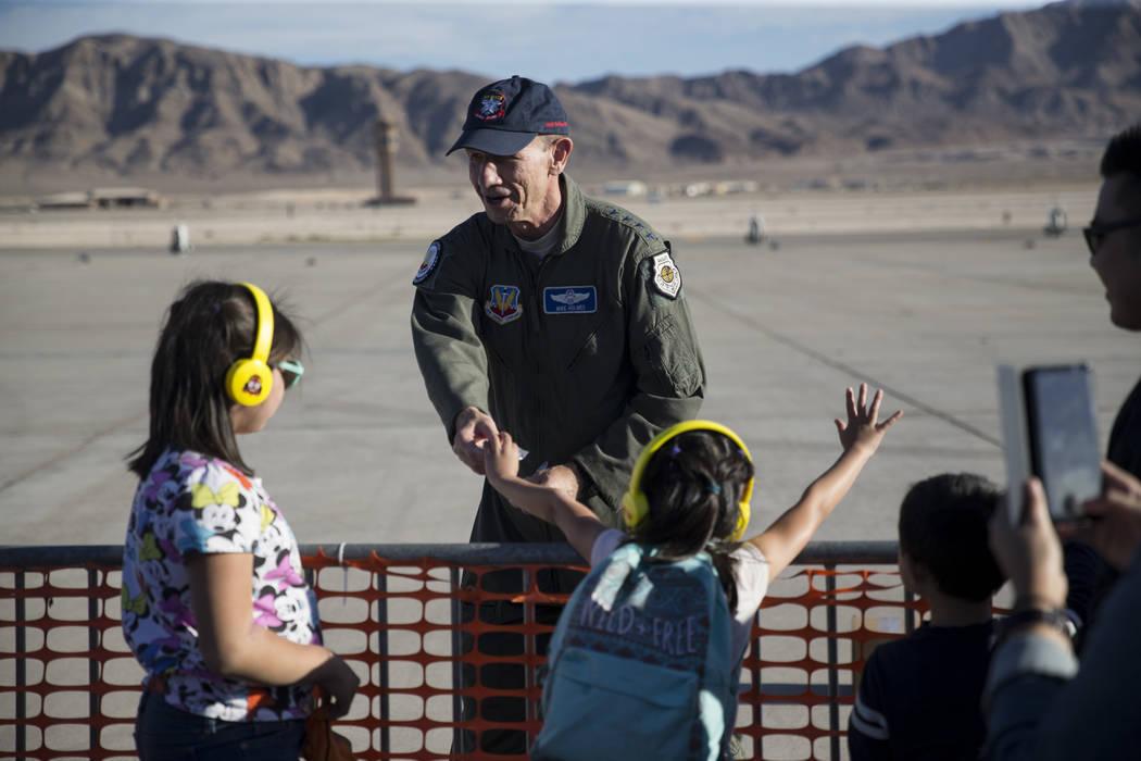 El general James M. Holmes del Comando de Combate Aéreo, Base de la Fuerza Aérea de Langley, Virginia, reparte alfileres durante la Nación de Aviación en la Base de la Fuerza Aérea Nellis en  ...