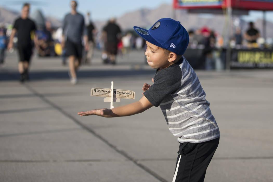 Jet Gatdula juega con su avión de madera de balsa durante Aviation Nation en la Base de la Fuerza Aérea Nellis en Las Vegas, el sábado 11 de noviembre de 2017. | Erik Verduzco Las Vegas Review- ...