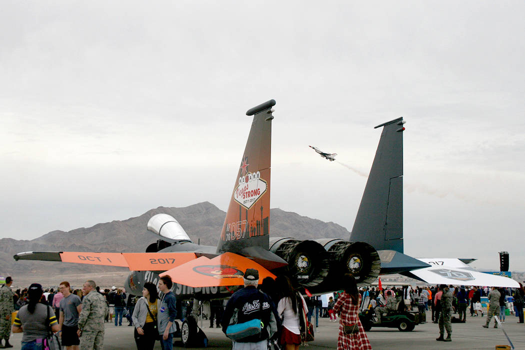 La Fuerza Aérea mostró su solidaridad ante la tragedia del pasado uno de octubre en este avión F-15 Eagle, durante la celebración Aviation Nation, en la Base Nellis, 11 y 12 de noviembre del 2 ...