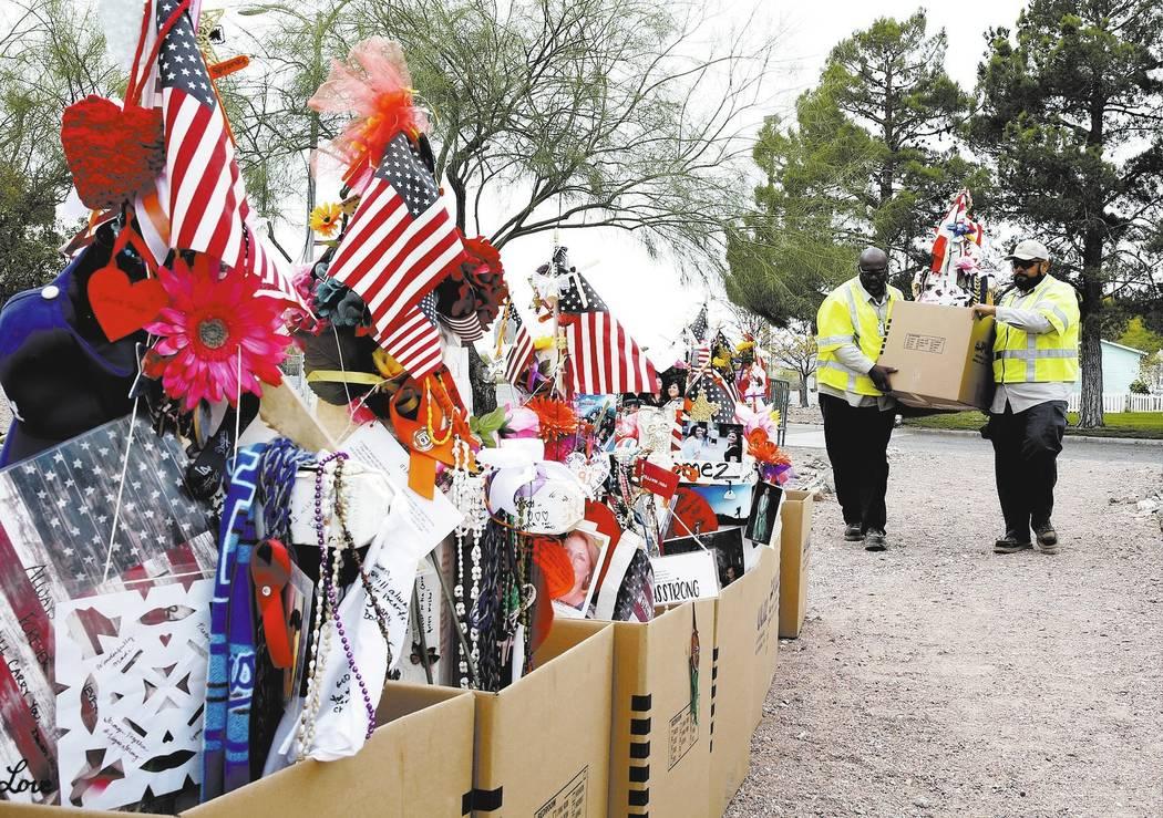 Empleados del condado de Clark descargan cruces y artículos de un camión en el Clark County Museum en Henderson el domingo 12 de noviembre de 2017. Cincuenta y ocho cruces y objetos que fueron e ...
