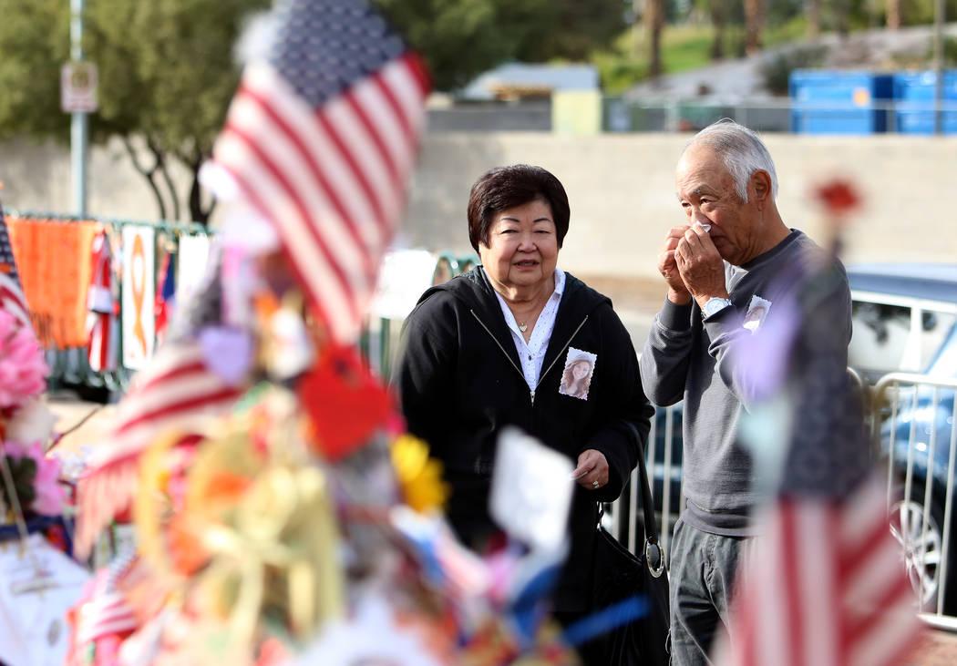 Haven Kimura, a la derecha, visita la cruz de su hija Nicole con su hermana Violet en el monumento a la Ruta 91 de la cosecha en el cartel de Bienvenido a Fabuloso Las Vegas  el domingo 12 de novi ...